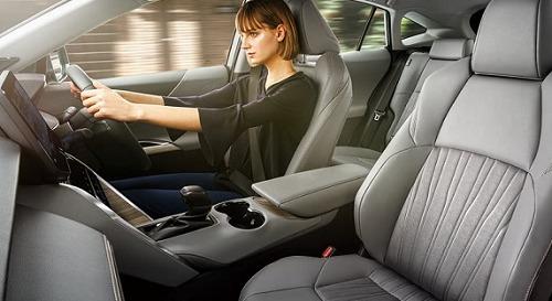 ハリアーを運転する女性