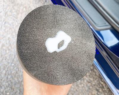 シュアラスタータイヤワックス付属スポンジと液材