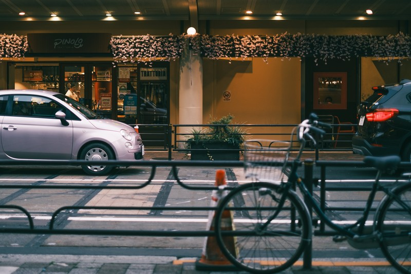 路駐する車と街並み